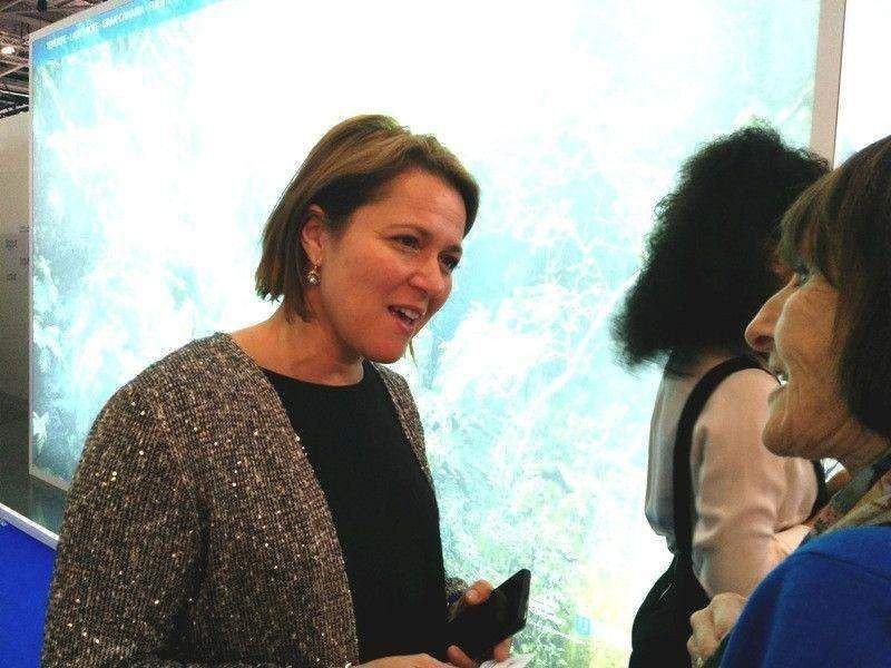 La consejera de Turismo del Cabildo de La Palma, Alicia Vanoostende, atendiendo a profesionales del turismo del Reino Unido en la World Travel Market.