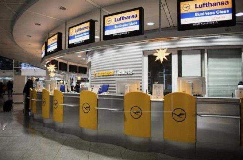 Mostradores de Luftahnsa en el Aeropuerto de Munich, vacíos (foto Efe).