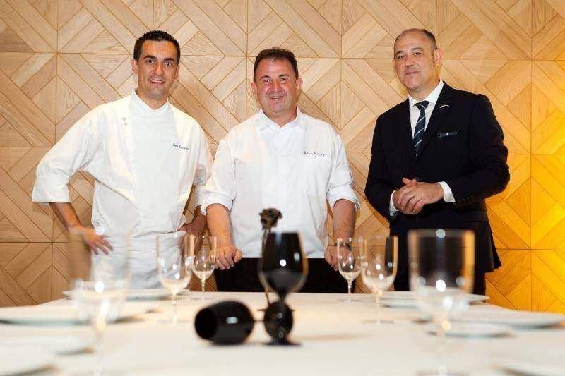 Paolo Casagrande, jefe de cocina del restaurante Lasarte; Martín Berasategui y Joan Carles Ibáñez, responsable de sala.