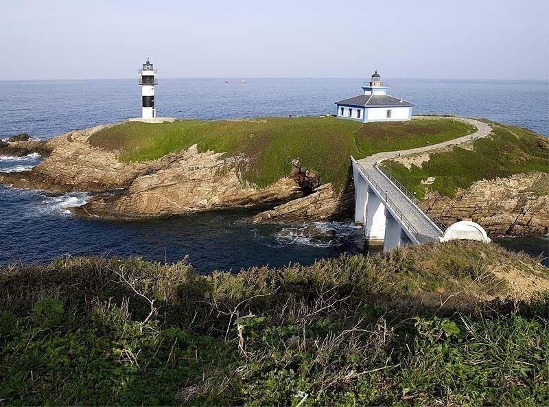 El faro de Illa Pancha, que empezó a funcionar en 1860 en Ribadeo (Lugo) y está en desuso desde 1983, recibió luz verde del Consejo de Ministros en mayo de 2015.