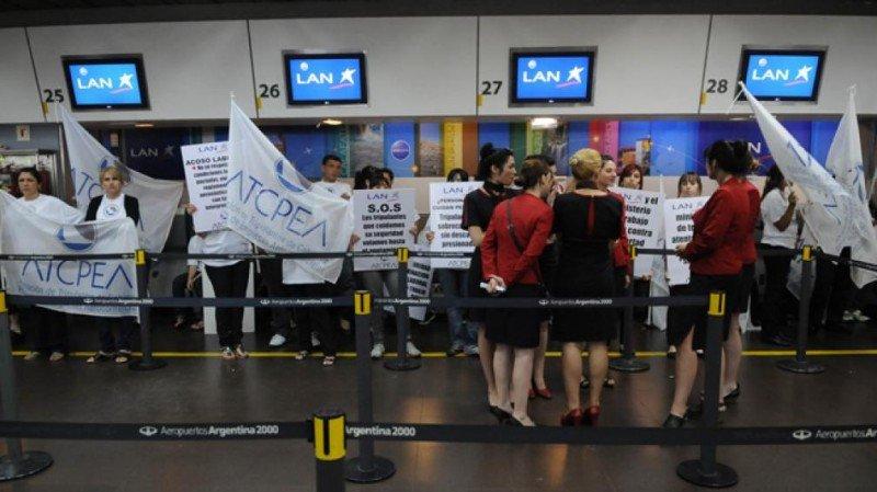 Tripulantes de cabina de LATAM Argentina amenazan con paro
