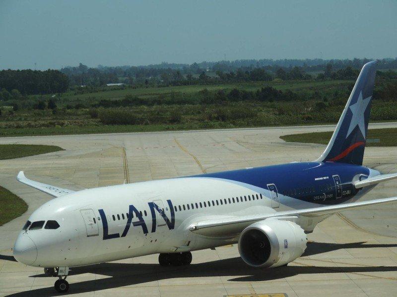 Boeing 787-8 de LATAM en Carrasco. Foto: Spotters SUMU