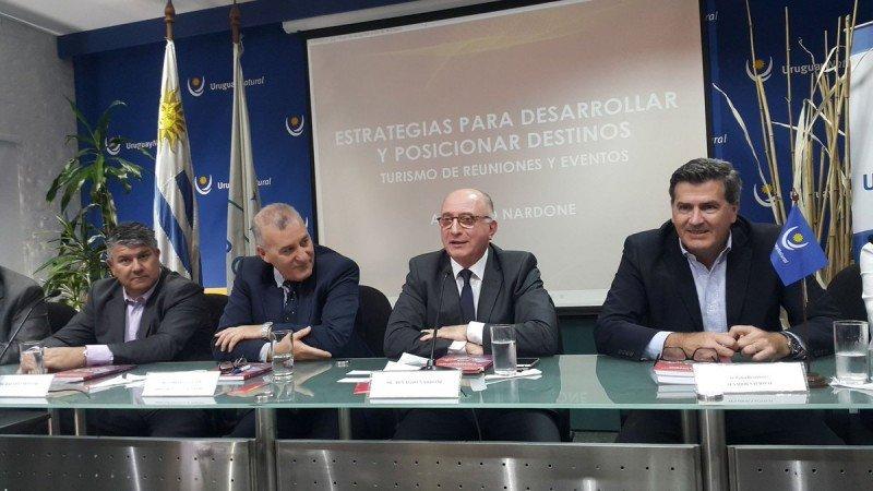 Mesa de presentación del segundo libro del experto en turismo de reuniones.