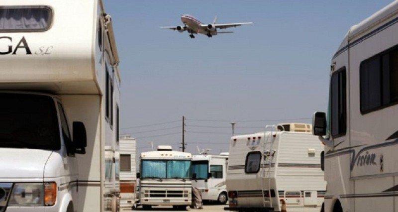 Pilotos, tripulantes de cabina y personal de tierra viven en un aeropuerto (Foto: BBC Mundo/ Getty Images).
