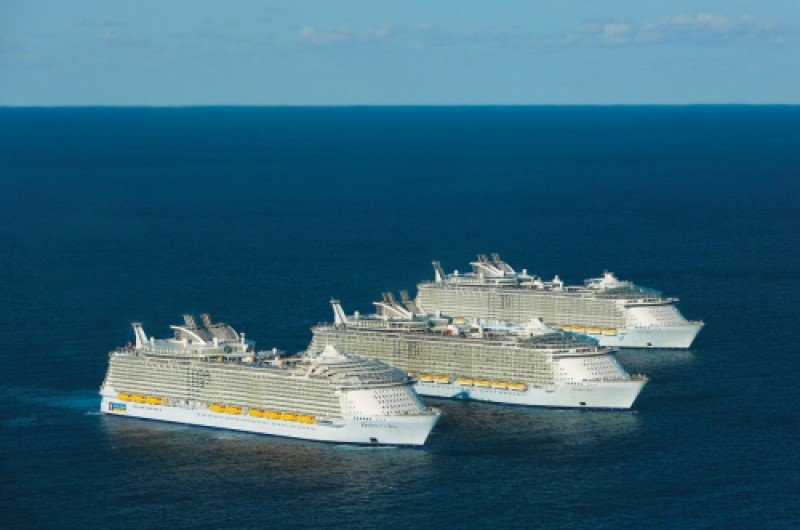 Los tres barcos más grandes del mundo navegaron juntos por primera vez: Harmony of the Seas, Oasis y Allure en las costas de Florida.