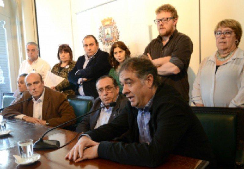 Miembros del gabinete municipal y de la Junta Departamental de Montevideo presentaron el proyecto de decreto.