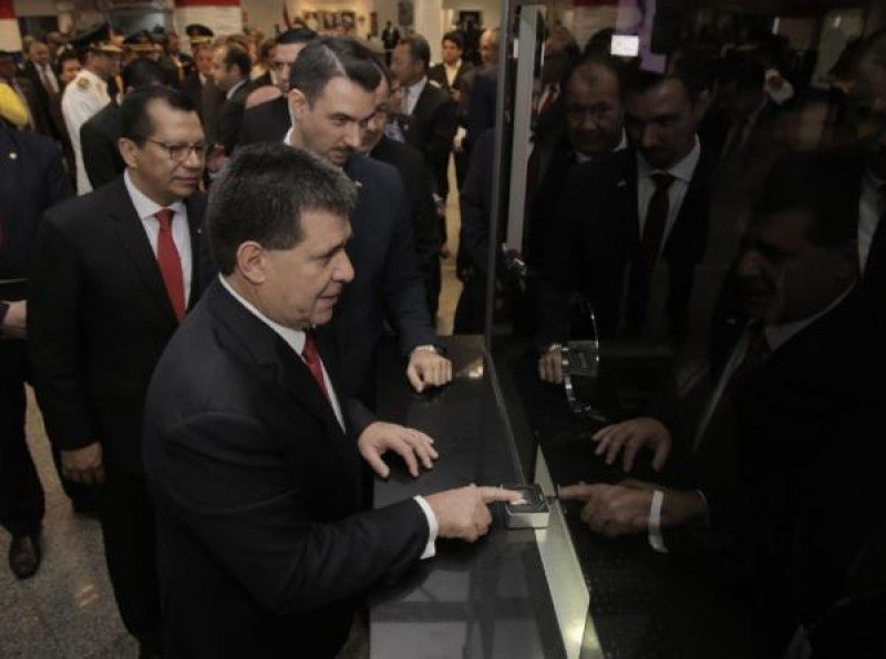 El presidente Horacio Cartes probó el nuevo sistema en el aeropuerto.
