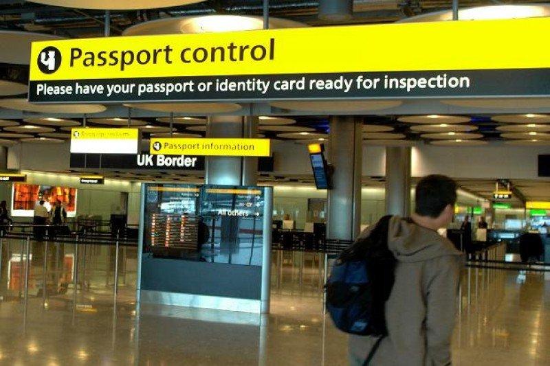 Control migratorio y aduanero en el aeropuerto de Heathrow, Londres.