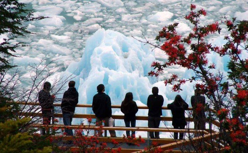 Turistas en el Glaciar Perito Moreno, El Calafate.