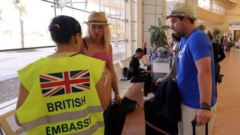 Turistas británicos en el Aeropuerto de Sharm El Sheikh son asistidos tras conocerse que el siniestro fue causadopro una bomba introducida en el avión de Metrojet.