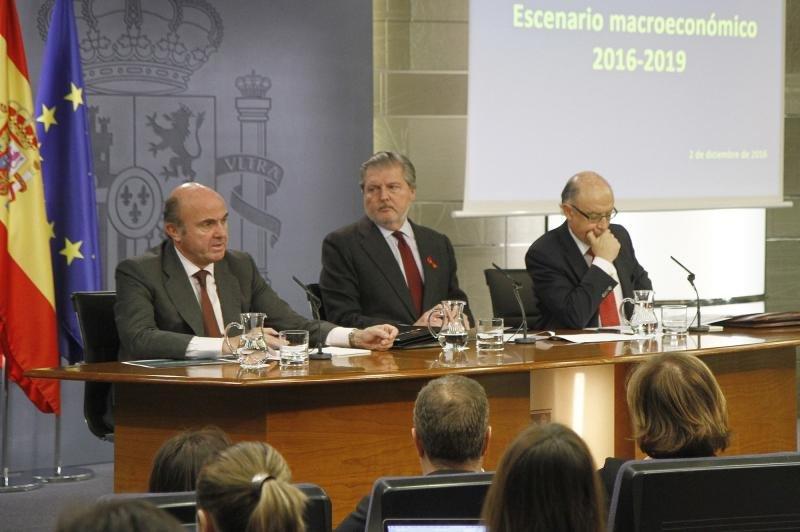 Luis de Guindos, Íñigo Méndez de Vigo y Cristóbal Montoro, en la rueda de prensa posterior al Consejo de Ministros.