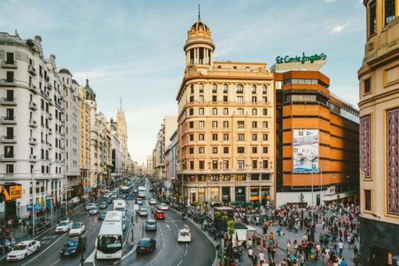 Madrid es uno de los destinos más demandados para el puente de diciembre. Además, el Ayuntamiento cerrará la Gran Vía al tráfico durante determinados días estas fiestas y de Navidad para dar prioridad a los viandantes.