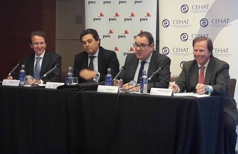 De izq. a dcha, Francisco Sanchis y Cayetano Soler, de PwC; Joan Molas, presidente de CEHAT, y Ramón Estalella, su secretario general.