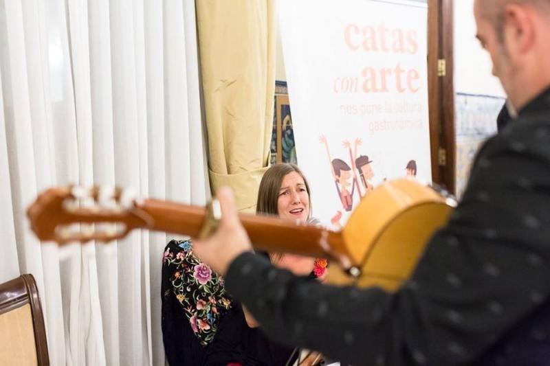 La cantante Inma Cuesta acompañada a la guitarra por Paco Feria. Foto: Creaciones fotográficas La Pinza.