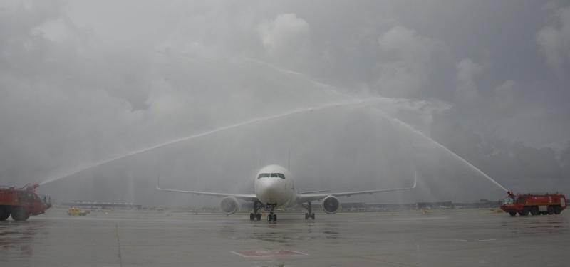 Tradicional bautizo del avión de Latam Airlines a su llegada a Barcelona-El Prat.