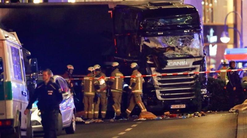 El camión que ha embestido el mercadillo navideño. Foto La Vanguardia.