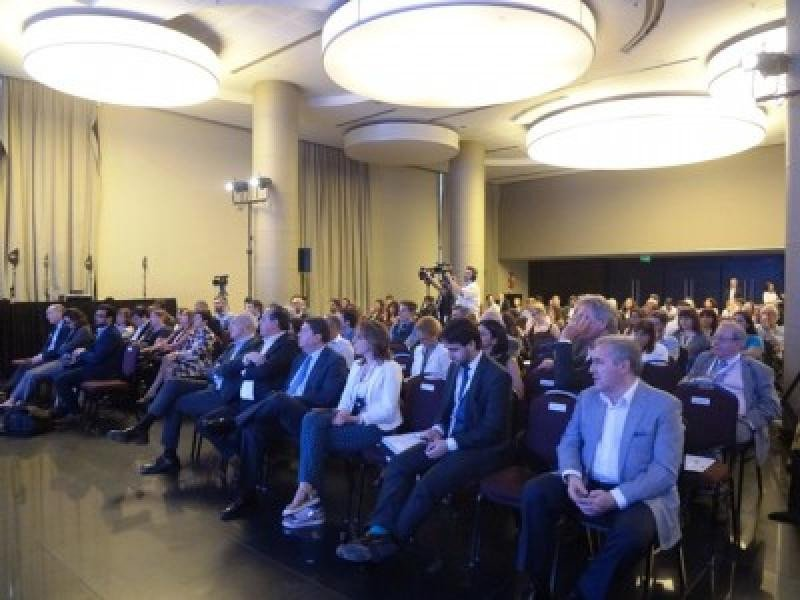 El representante de la OMT asistió a las charlas del Simposio durante los dos días y medio que duró.