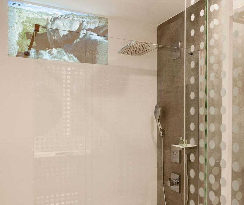 En las habitaciones tecnológicas del NH Collection Eurobuilding se puede ver la televisión en la ducha.