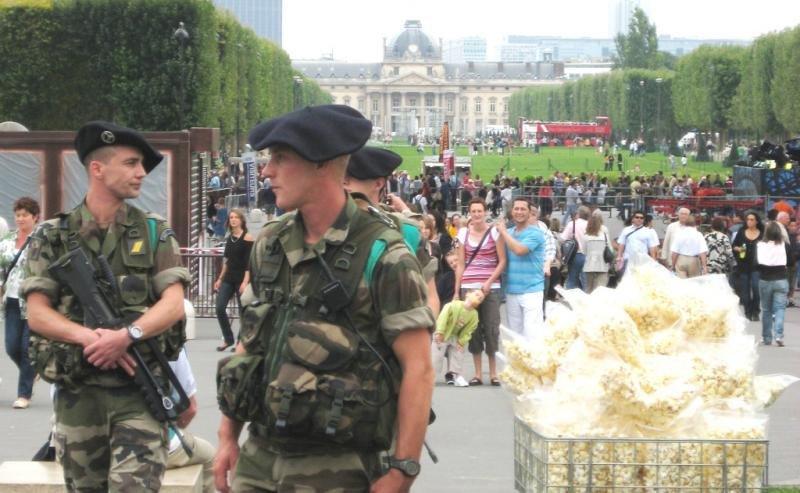 Imagen de archivo de militares patrullando debajo de la Torre Eiffel, en París.