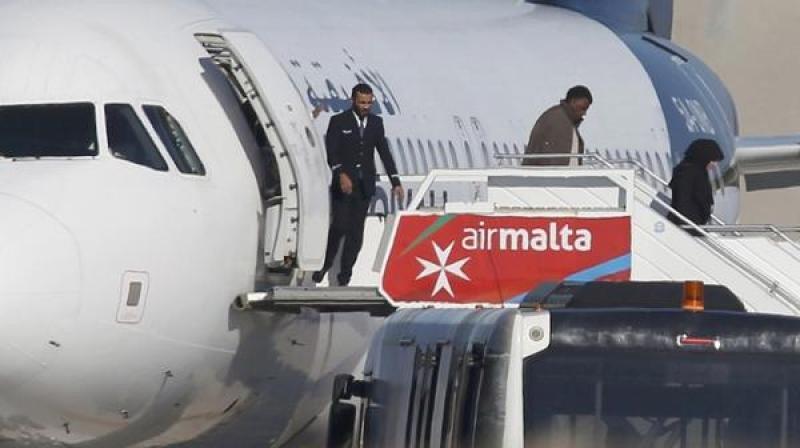 Los secuestradores del avión libio se riden y piden asilo a Malta