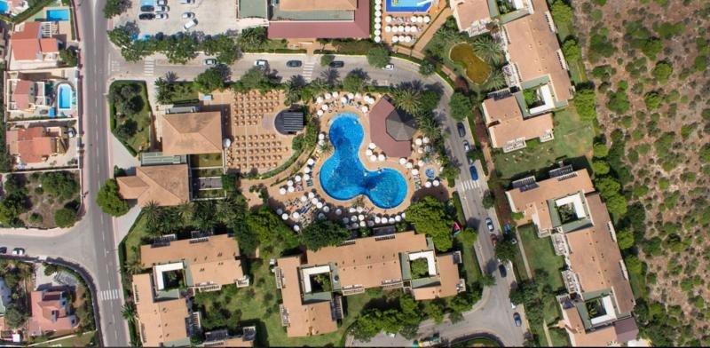 Vista aérea del hotel Viva Menorca, de 4 estrellas.