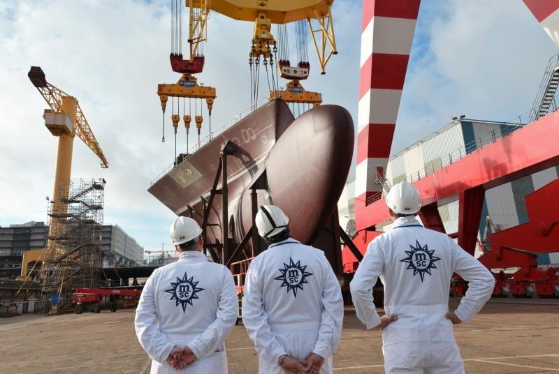 Momento de la flotación del MSC Meraviglia, el primero de su tipo, que navegará el próximo año.