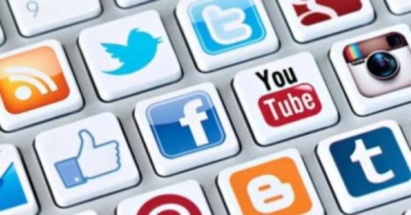 En la web del sistema ESTA aparece un menú desplegable para completar los perfiles de Facebook, Twitter, Google , e incluso Linkedin, entre otros.