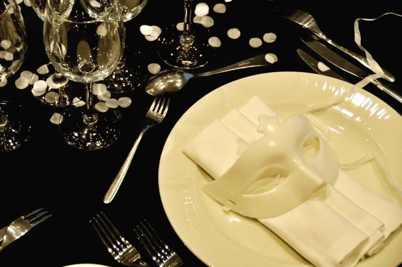 Platos y decoración en la fiesta del Black and White Ball by Pullman responden a la variedad cromática del lema de la fiesta.