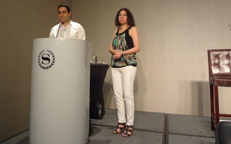 Juan Manuel Dibar, tesorero de AHRU, y Mercedes Comas, analista de PwC.
