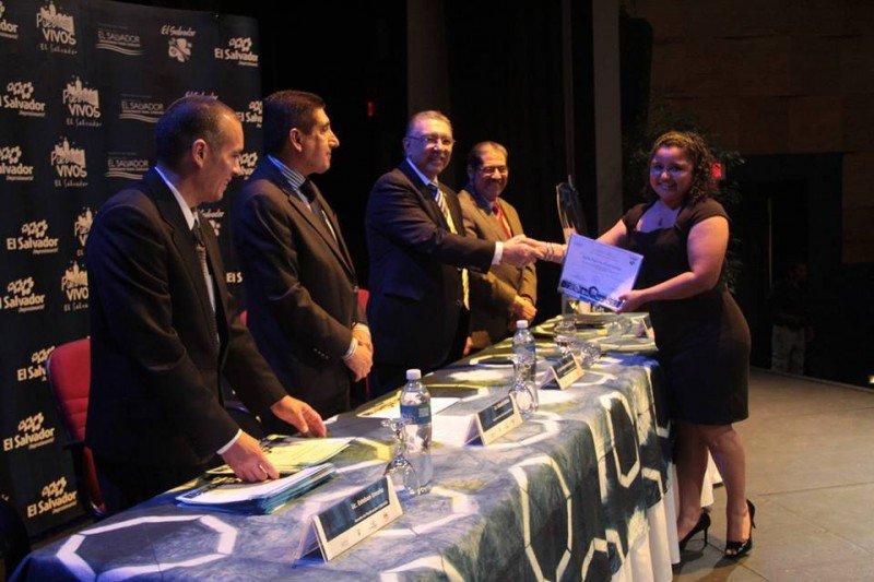 Entrega de certificados a los nuevos guías en El Salvador.