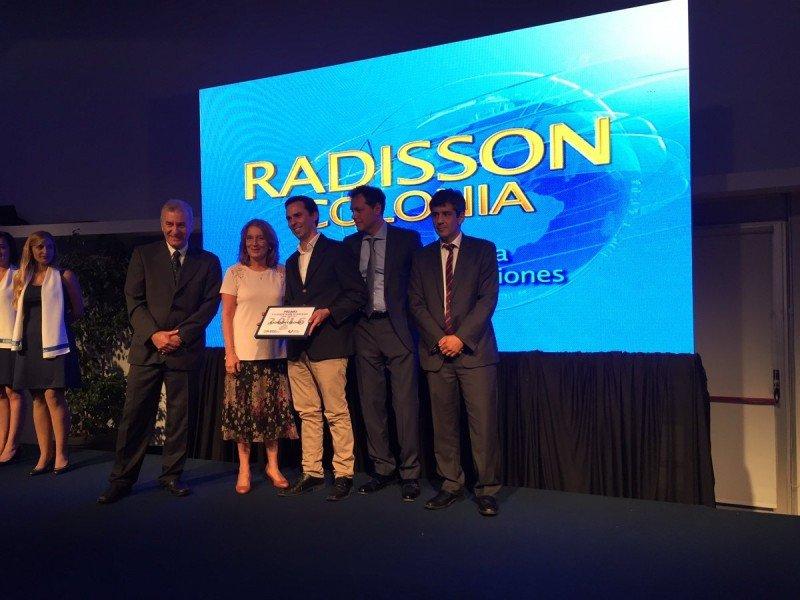 Responsables del Radisson Colonia reciben el premio.