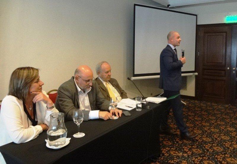 Julio Facal exponiendo ante los miembros de la Cámara Uruguaya de Turismo este jueves.