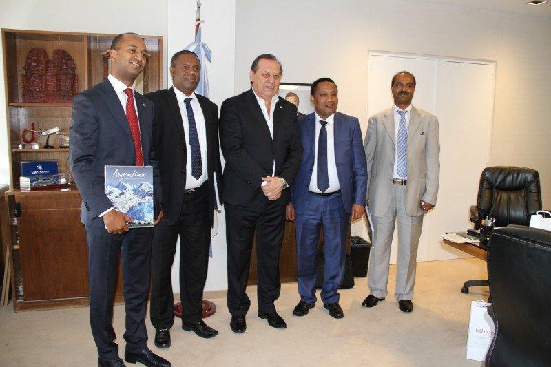 Santos reunidos con autoridades de Etiophian Airlines.