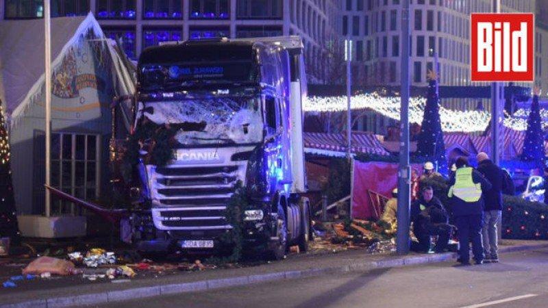El camión con el que el atacante embistió a la multitud. Foto: Diario Bild.