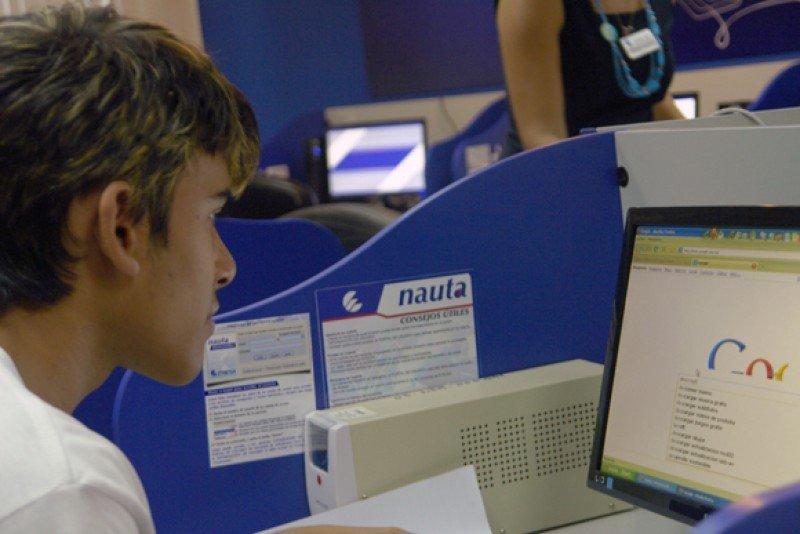 Cuba abarata acceso a internet.