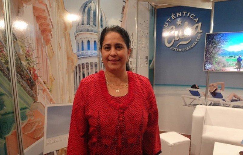 Niurka Martínez, Consejera de Turismo de Cuba para el Cono Sur, en el stand país en la feria VTN de Montevideo.