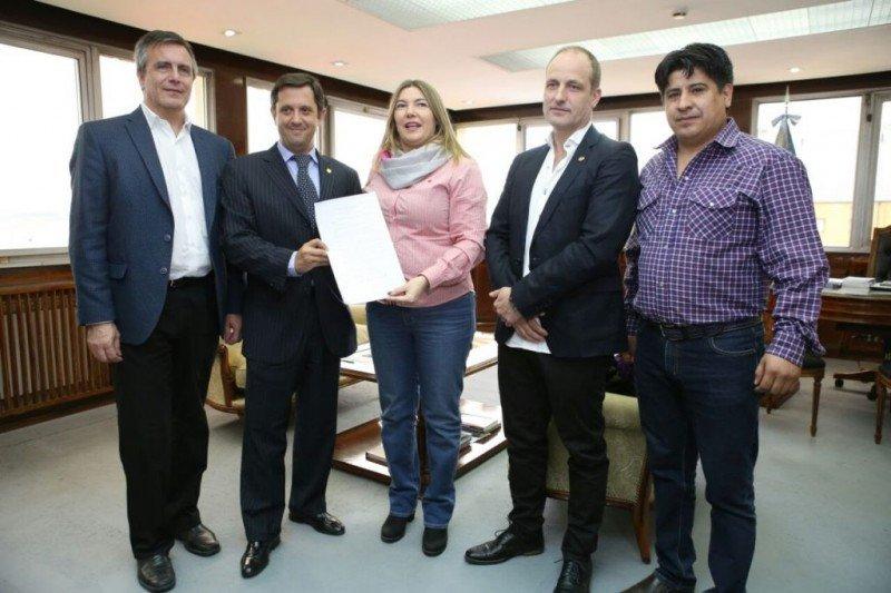 La gobernadora Rosana Bertone firmó el Decreto Nº 2820/16