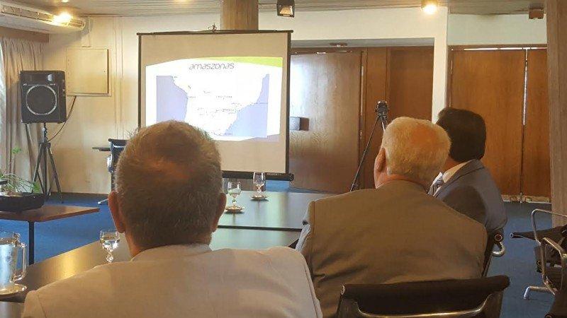Delegación de Amaszonas expuso sus planes ante los ministros de Turismo (arriba) y de Transporte (abajo).