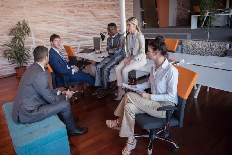 Los milenials prefieren espacios para reuniones informales y en ocasiones con opciones de juegos.
