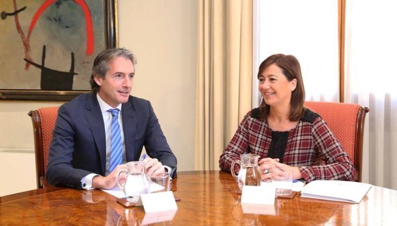 El ministro de Fomento, Íñigo de la Serna, durante su reunión con la presidenta de Baleares, Francina Armengol.