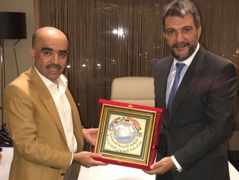de Jamal Satli Iglesias (a la derecha) con el presidente de la ATO, el jeque Bandar Bin Fahd Al-Fehaid.