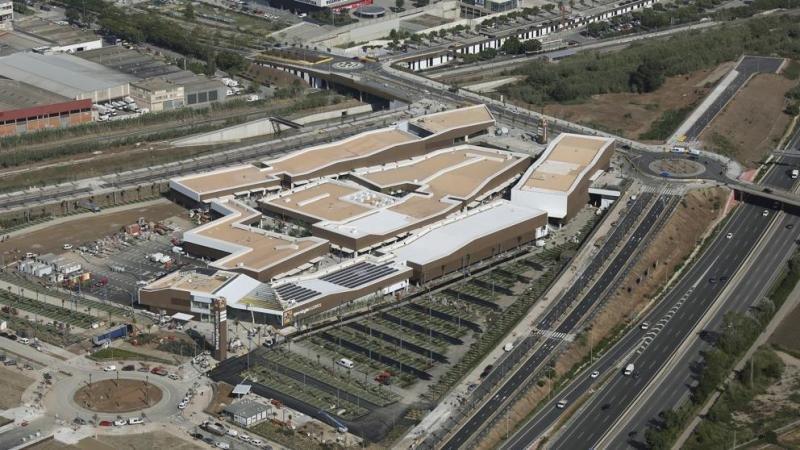 Vista aérea del outlet de Viladecans junto al que se construirá el nuevo hotel. Imagen: Manuel Jurado / Generalitat.