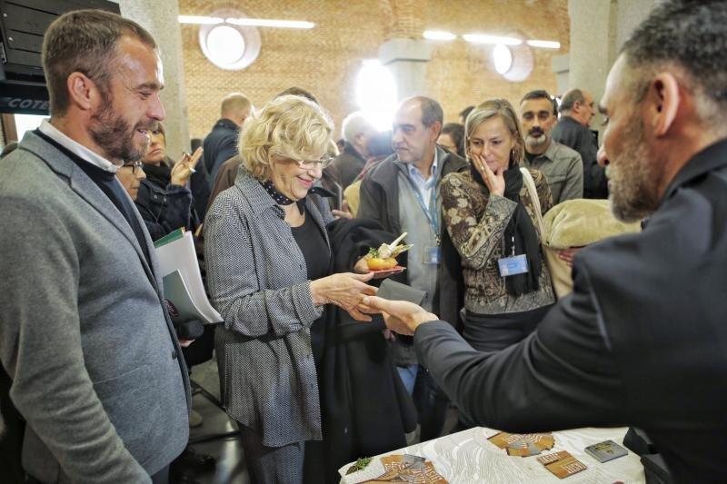 La alcaldesa de Madrid, Manuela Carmena, y Miguel Sanz, director de Madrid Destino, en la presentación del Gastrofestival.
