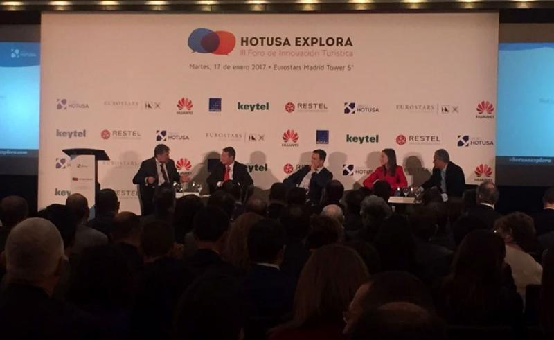 Amancio López ha moderado la mesa en la que han participado Gonzalo del Peón, Abel Matutes, Marina López y Raúl González