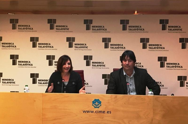 La presidenta del Consell Insular de Menorca, Maite Salord, y el director insular de Promoción Turística, Isaac Olives.