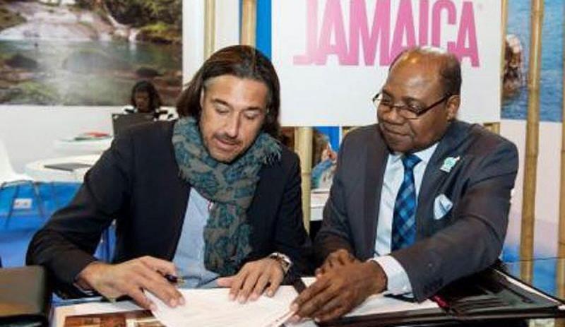 Antonio Montaner, de Excellence, durante la firma del acuerdo con el ministro de Turismo de Jamaica, Edmund Bartlett