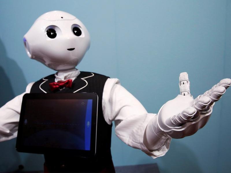 Pepper, el robot humanoide de SoftBank, vestido de camarero durante una exhibición en Japón.