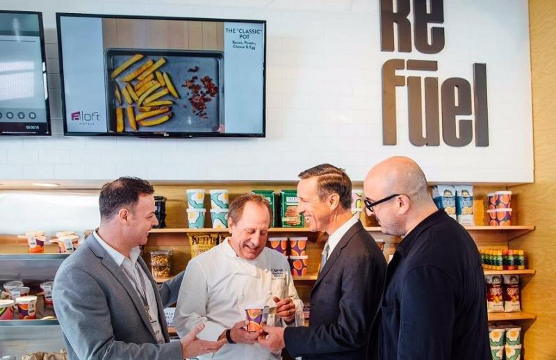 El CEO de Marriott, Arne Sorenson (tercero por la izquierda), probando los nuevos productos y envases del programa de alimentación y bebidas de la cadena.