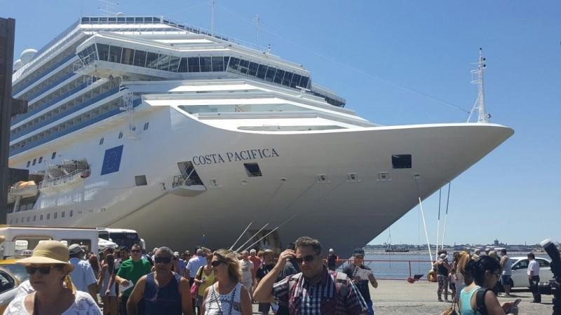 El Costa Pacífica en el puerto de Montevideo este fin de semana.