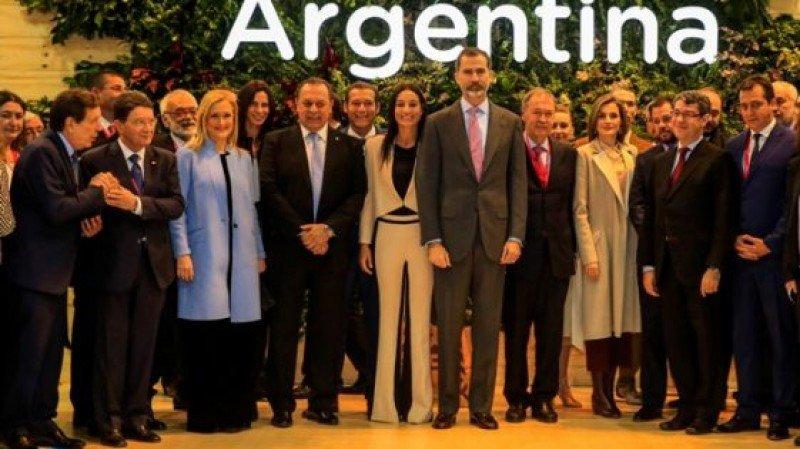 Los reyes de España en el stand de Argentina durante la jornada inaugural de la feria FITUR 2017.